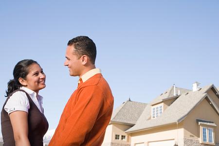 ?real estate?: Una pareja fuera de su nuevo hogar Foto de archivo