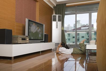 TV를 보는 소녀 스톡 콘텐츠