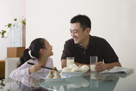Vader en dochter zat aan een tafel