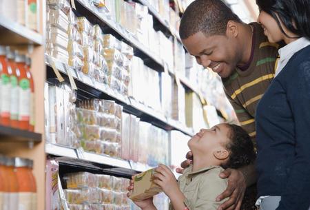 comida: familia de compras en un supermercado