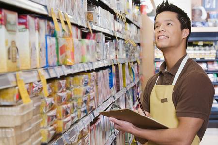 Sales assistant bezig met een inventarisatie