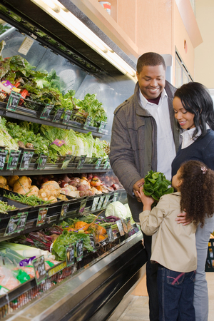 famille africaine: achats de la famille dans un supermarché