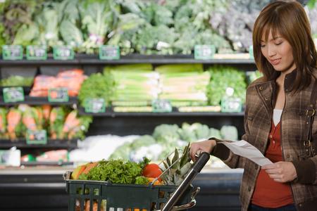 junge Frau, eine Einkaufsliste halten