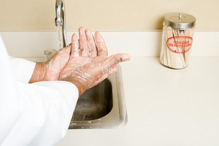 manos limpias: médico lavarse las manos