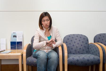 pacientes: La mujer en el hospital sala de espera