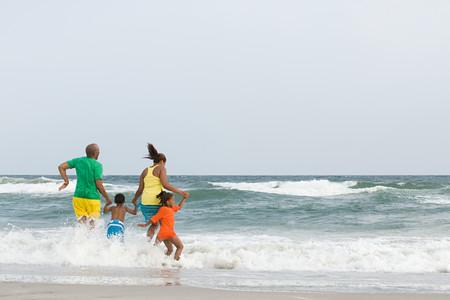 Familie springen in de zee
