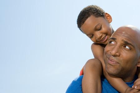 家庭: 兒子在父親的肩膀上