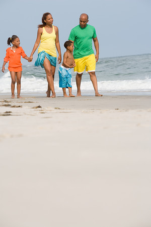 海岸に沿って歩く家族
