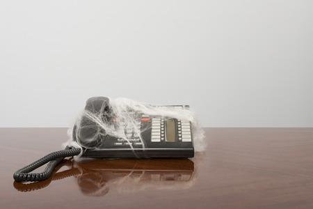 Telefoon die in spinneweb