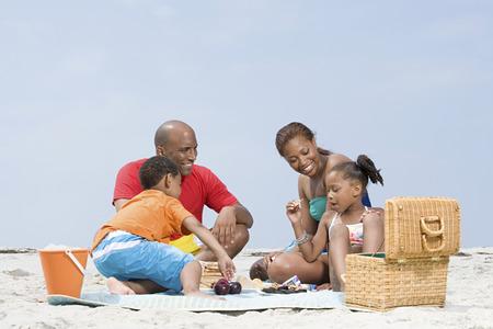 Familie die een picknick Stockfoto