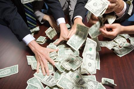 Businesspeople accaparement de l'argent Banque d'images - 49846161