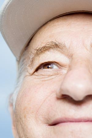 personas mirando: Cara de un hombre mayor
