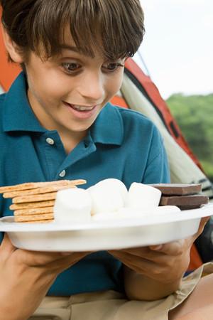 treats: Muchacho con plato de golosinas