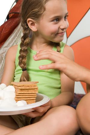 treats: Ni�o que alcanza para el plato de golosinas Foto de archivo