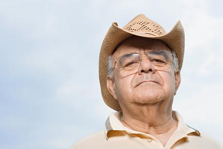 chapeau de paille: L'homme coiffé d'un chapeau de paille
