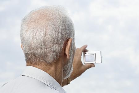 Hombre de tomar una fotografía Foto de archivo - 49846777