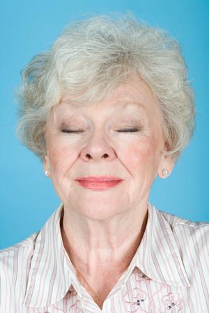 cansancio: Retrato de una mujer adulta mayor Foto de archivo