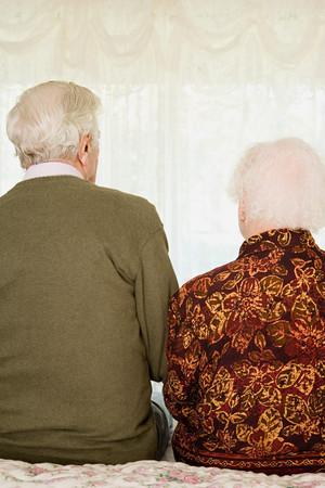 Lteres Paar sitzt auf dem Bett Standard-Bild - 49847549