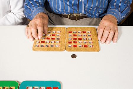 Senior man playing bingo Stockfoto