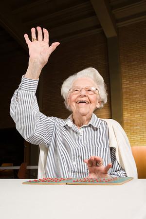 bingo: Mujer mayor que juega bingo