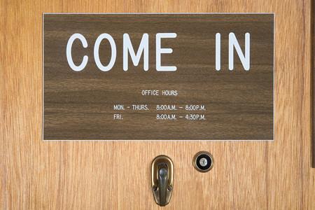 Office deur met openingstijden