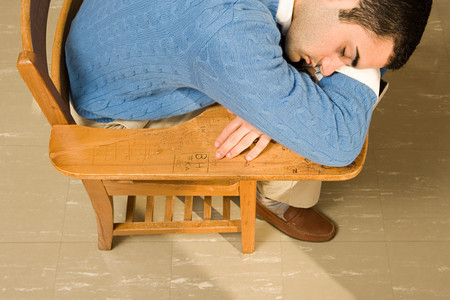 zapatos escolares: estudiante de sexo masculino que duerme en una lecci�n Foto de archivo