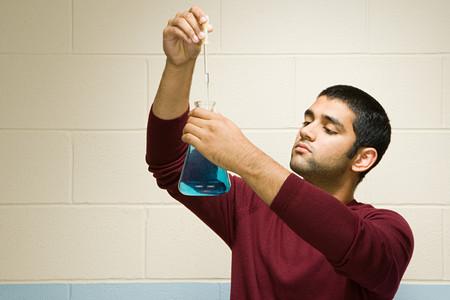 bureta: Estudiante masculino de realizar un experimento