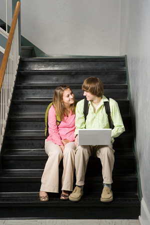 pareja de adolescentes: Pareja de adolescentes que se sentó en la escalera de la escuela