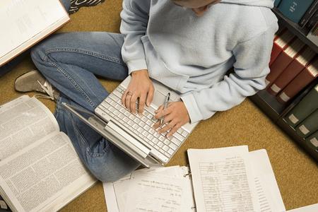 alumnos estudiando: Las estudiantes que estudian en la biblioteca