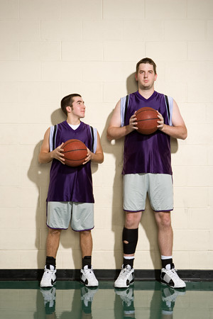 Lange en korte basketbalspelers