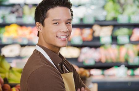oficinista: Retrato de un asistente de ventas de supermercados Foto de archivo
