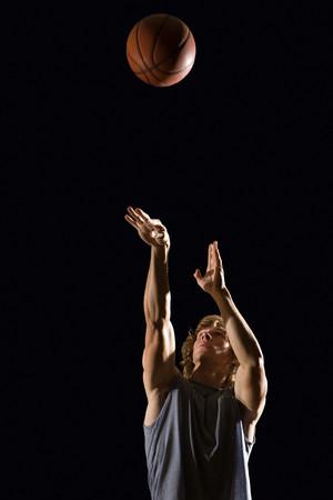 persone nere: L'uomo gettando il basket Archivio Fotografico