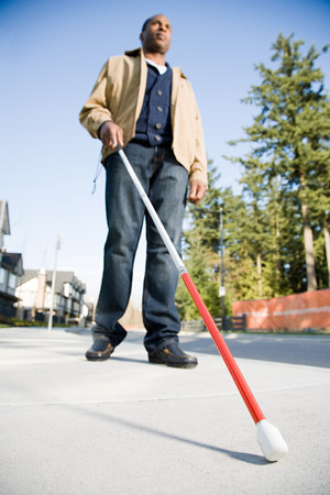 Blinde man met behulp van een wandelstok Stockfoto