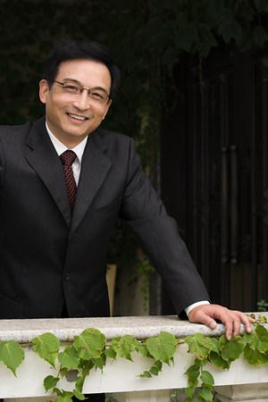 Smiling businessman leaning on a ledge