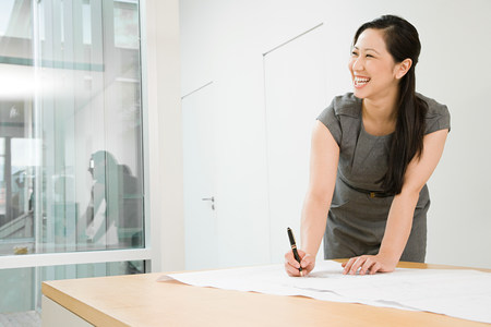 mujer trabajadora: Smiling arquitecto femenino