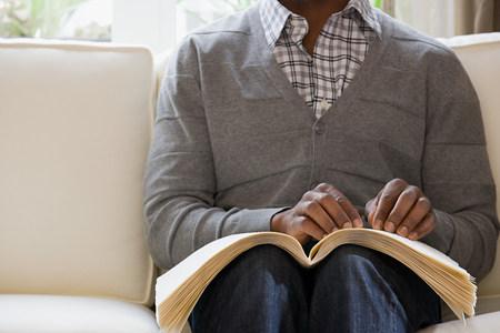 braille: ciego que lee un libro en braille Foto de archivo
