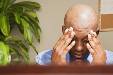 empleado de oficina: Businessman with his head in his hands