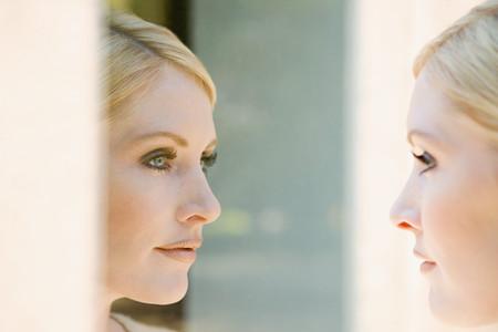 Vrouw op zoek naar haar reflectie