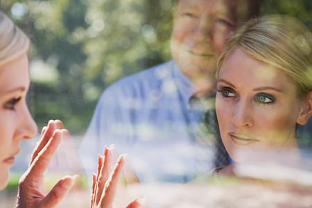 Man en vrouw kijken naar reflecties