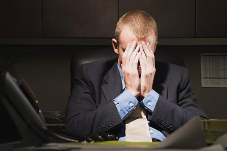 empleado de oficina: Hombre de negocios con la cabeza entre las manos Foto de archivo