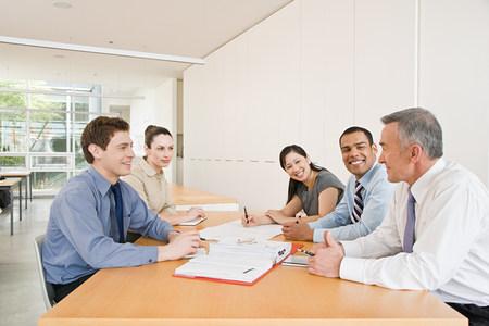 empleado de oficina: Cinco empresarios en una reuni�n Foto de archivo