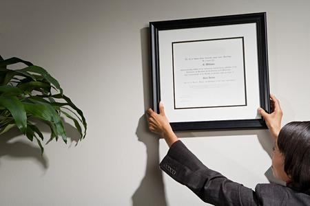 Geschäftsfrau gerahmte Urkunde hängen