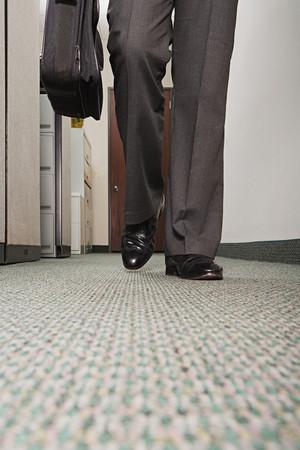 empleado de oficina: Empresario caminando por el pasillo