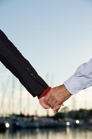 Coppia mano nella mano al porto