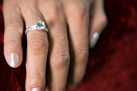 女性の身に着けているダイヤモンド リング