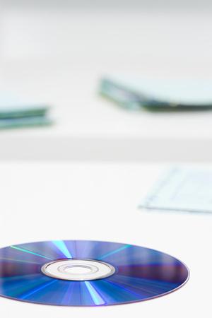 机の上のコンパクト ディスク 写真素材
