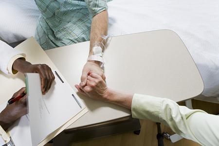 tomados de la mano: Paciente con el doctor y relativa