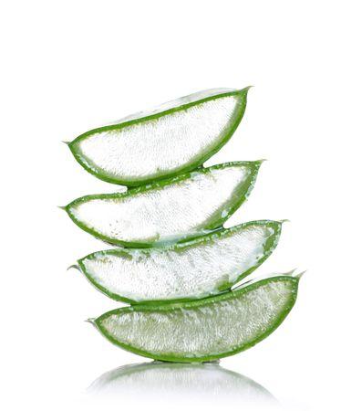 fresche foglie della pianta di aloe vera isolata on white