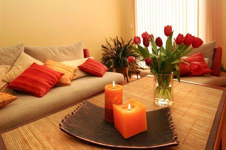 case colorate: Bella sala interna con fiori e candele Archivio Fotografico