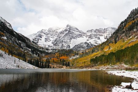 Maroon Bells with Maroon Lake in the foreground Фото со стока